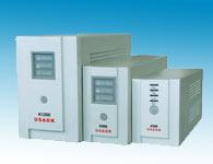 K500-K1200(后备机系列)稳压输出:针对个人PC、工作站、小型通信设计。体积小、高性能、高可靠、电压调节稳压功能,适应各种环境。 宽电压/频率输入 :可以接受电压输入范围在165VAC~280VAC、频率范围45HZ~55HZ,而提供可靠的电源输出。更可 搭配发电机使用。 人性化的设计: 面板简洁、容易操作。超静音的设计冷静自如。防突波保护输出电源插座,有效的保护您的电脑外设。